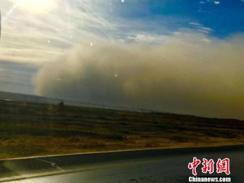 甘肃河西走廊遭大风沙尘袭击 多地沙尘暴现巨型沙墙
