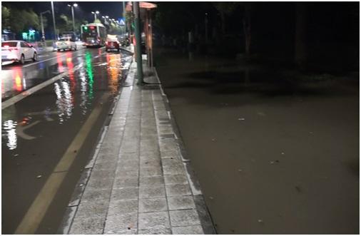 """湖北荆州对沿河排污口""""一堵了之"""",致生活污水倒灌城区街面"""