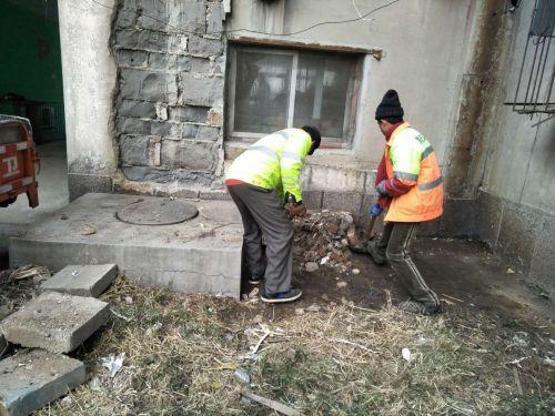 【文明城行动】清理垃圾死角 街道卫生大扫除