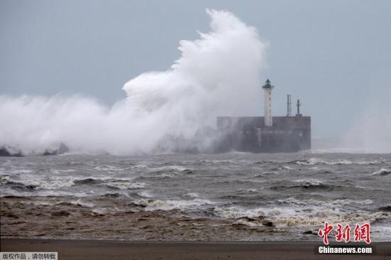火速营救!法国救援组织在英吉利海峡救起8名难民