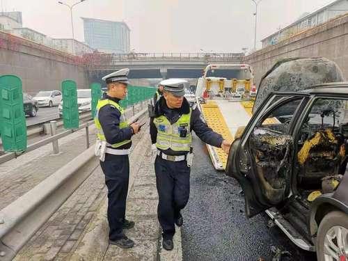 海淀交管部门:着火车辆系自燃,现场清理完毕道路恢复通行