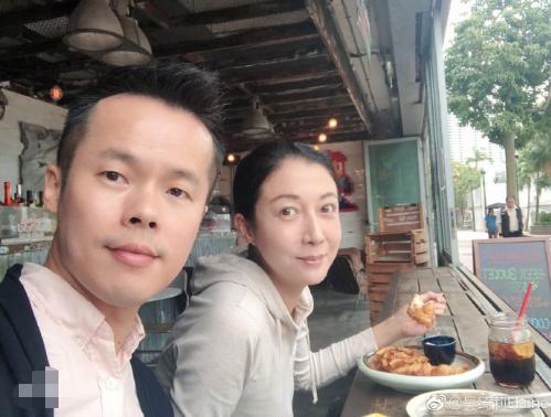 吴绮莉素颜用餐神情放松 发文谈演艺不提女儿结婚