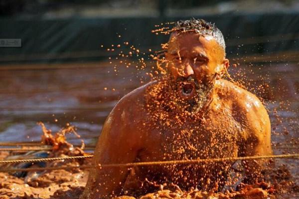 黎巴嫩举办障碍赛 选手泥水中匍匐穿行