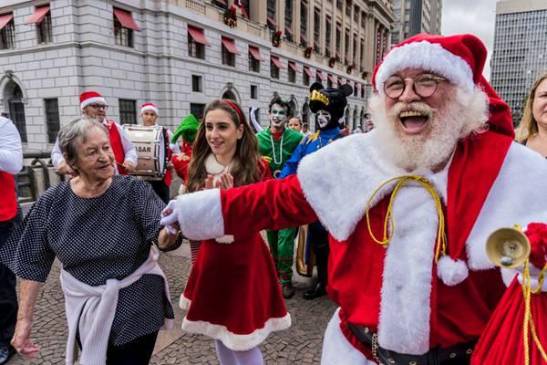 """天降快乐!圣诞老人""""突袭""""圣保罗购物中心"""