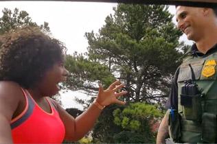 黑人男子格式夸奖警员帅 一分钟都不重样