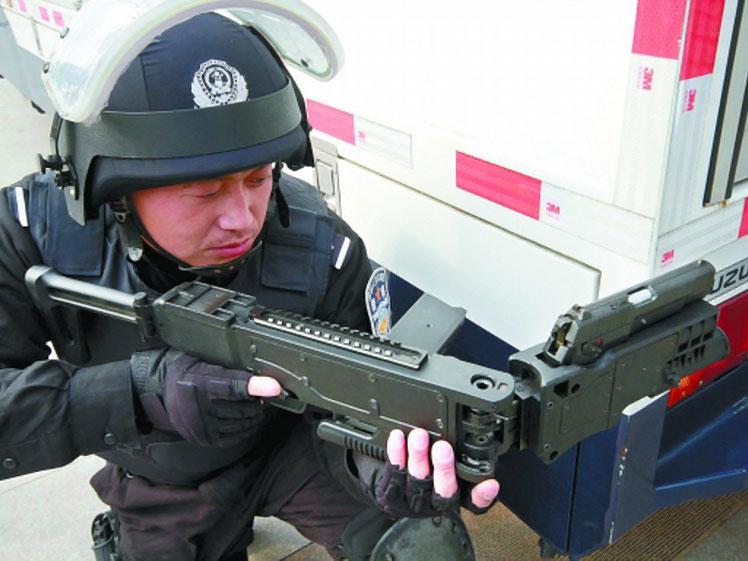 中国特警和反恐部队的利器 国产拐角射击系统实现站在墙后瞄准射击