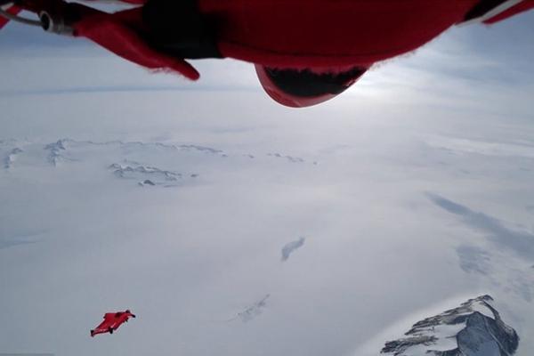 100迈飞越雪原!50岁女子成首位翼装飞行横穿南极洲女性