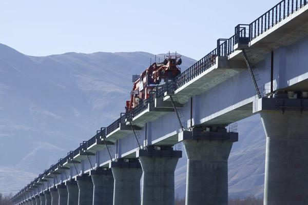 拉林铁路最长桥梁正式铺轨