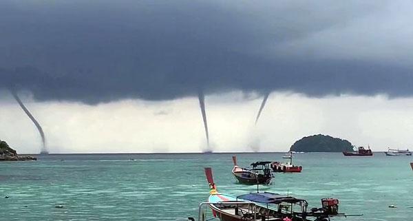 自然奇观!泰国一小岛海域同时出现四个水龙卷