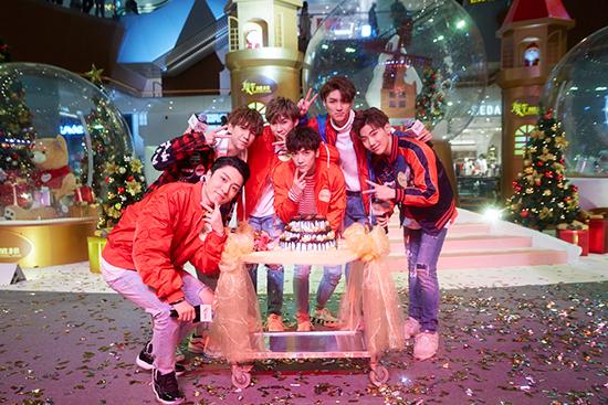 C.T.O男团点亮圣诞 粉丝台上大跳代表作超惊喜