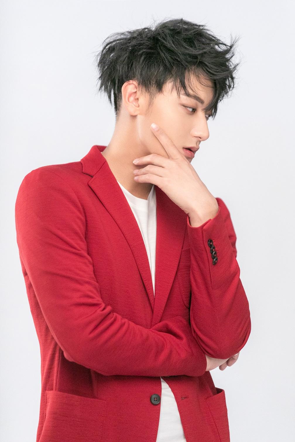 冬日里的一股暖流!黄子韬演绎红色西装造型