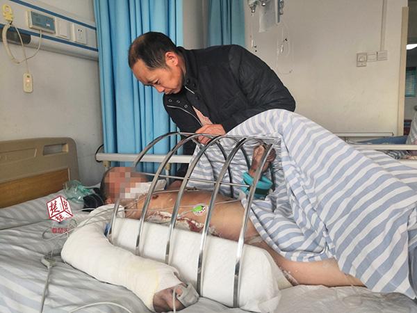 8旬老人寿辰杀猪庆贺 被濒死的猪踢进开水锅烫伤