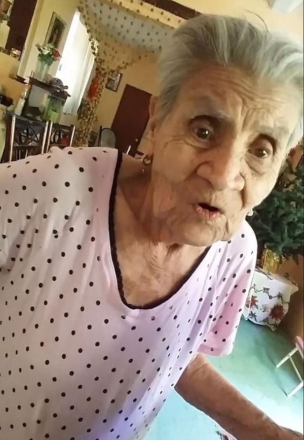 墨西哥老人首见手机录像功能惊叹不已