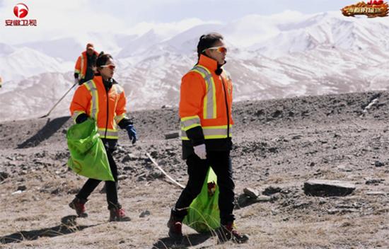 《青春的征途》第二站  队员体验公路养护工作