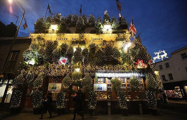 英国最喜庆酒店:用95棵圣诞树和2.1万盏灯迎圣诞