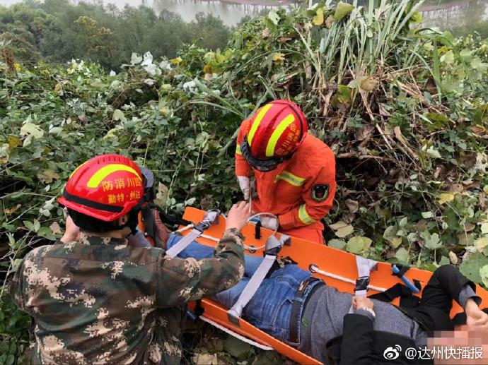 达川区石板镇一车辆坠崖致一人被困