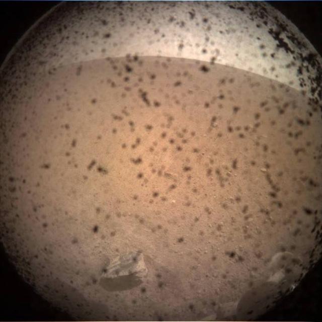 洞察号无人探测器登陆火星并传回首张图像