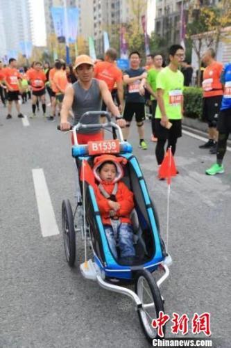 带脑瘫儿子跑第36场马拉松 父亲:带他看看不同世界
