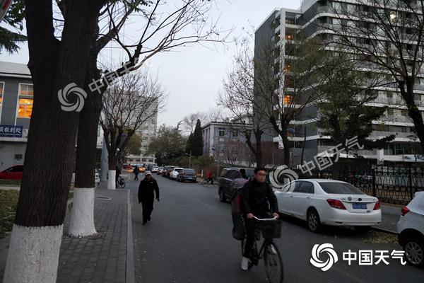 今晨北京有浮尘8条高速封闭 白天阵风6级空气质量好转