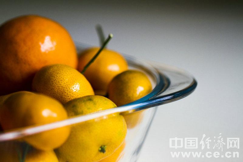 """贪吃橘子小心患""""橘黄症"""" 应季水果搭配着吃"""
