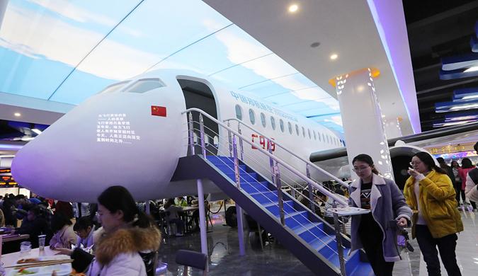 郑州一高校打造航空主题餐厅 国产C919飞机模型亮相