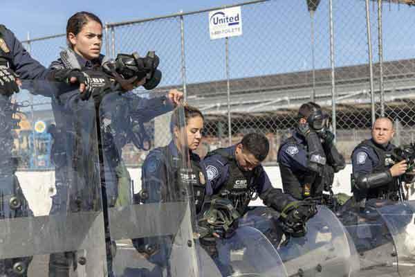 墨西哥非法移民车队试图穿越边境 遭美国边境巡逻队阻挡