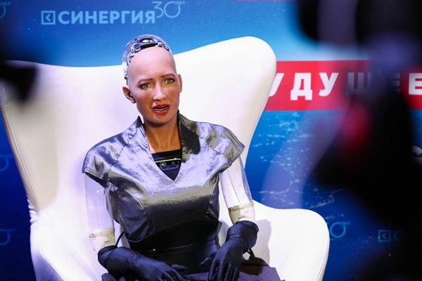 """机器人""""索菲亚""""在俄出席论坛 皱眉做鬼脸表情搞怪"""