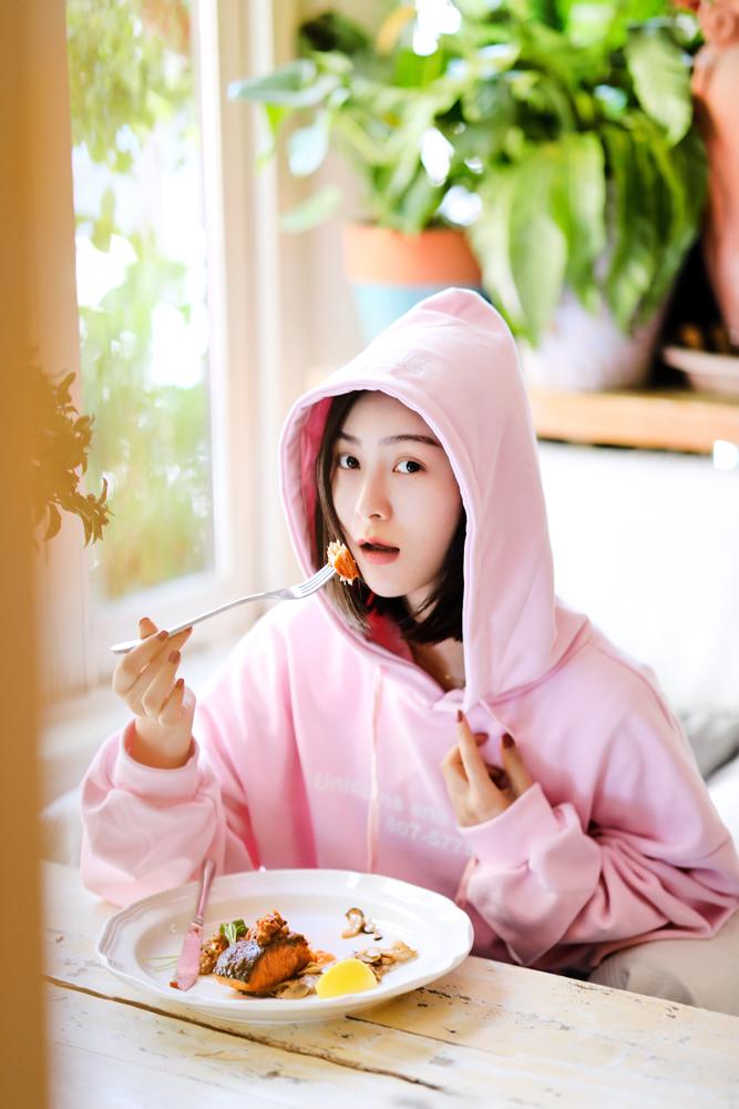 """张维娜曝光粉嫩少女写真 """"素颜妆""""甜美可人"""