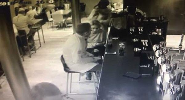 英夫妇酒吧喝酒太投入 手提包被女窃贼顺走
