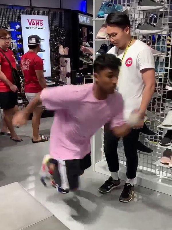 澳顾客试穿运动鞋飞奔出店外 吓得店员穷追不舍