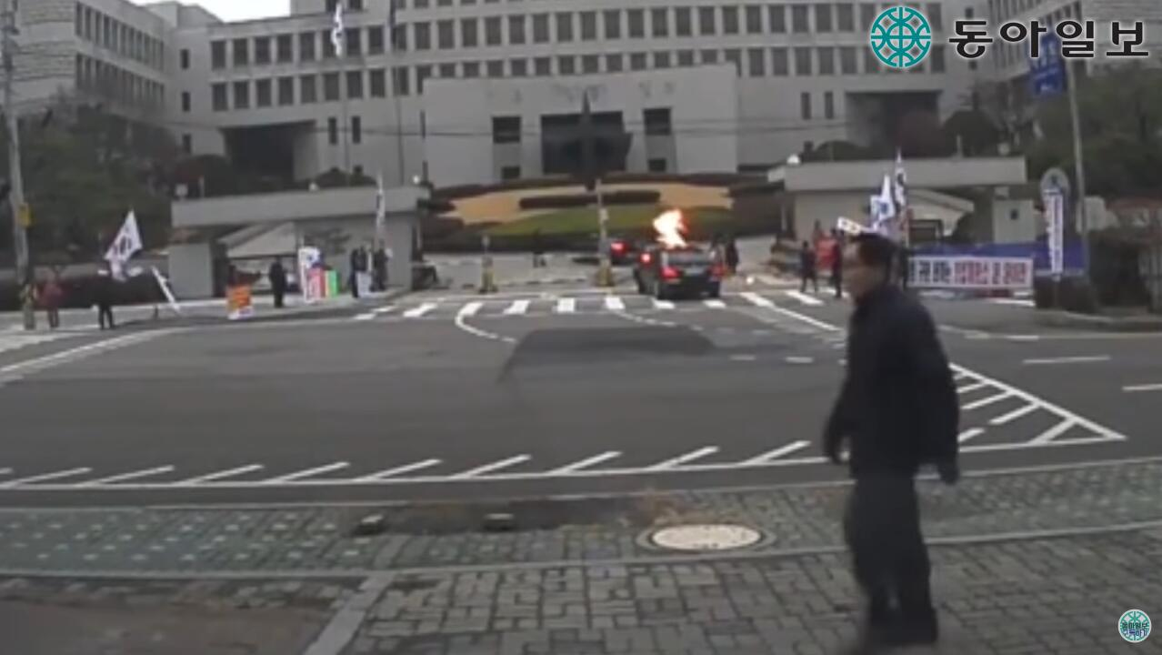 韩国一男子因不满法院判决向大法院院长座驾掷燃烧瓶