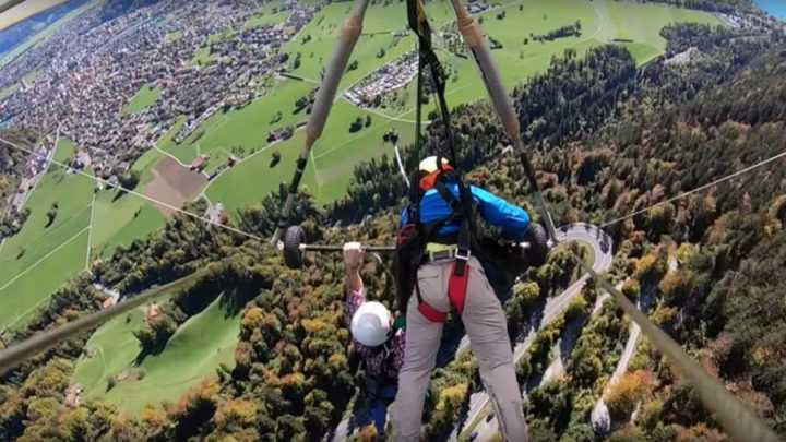 千米高空惊魂!加拿大男子首玩滑翔伞 却忘了系安全带