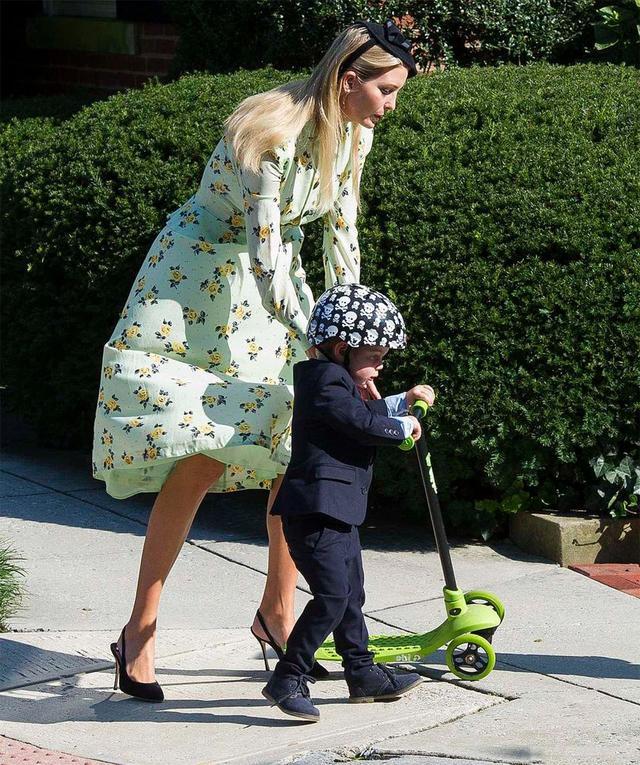 伊万卡独自带3个孩子出游,清一色滑板车,队伍整整齐齐,好可爱