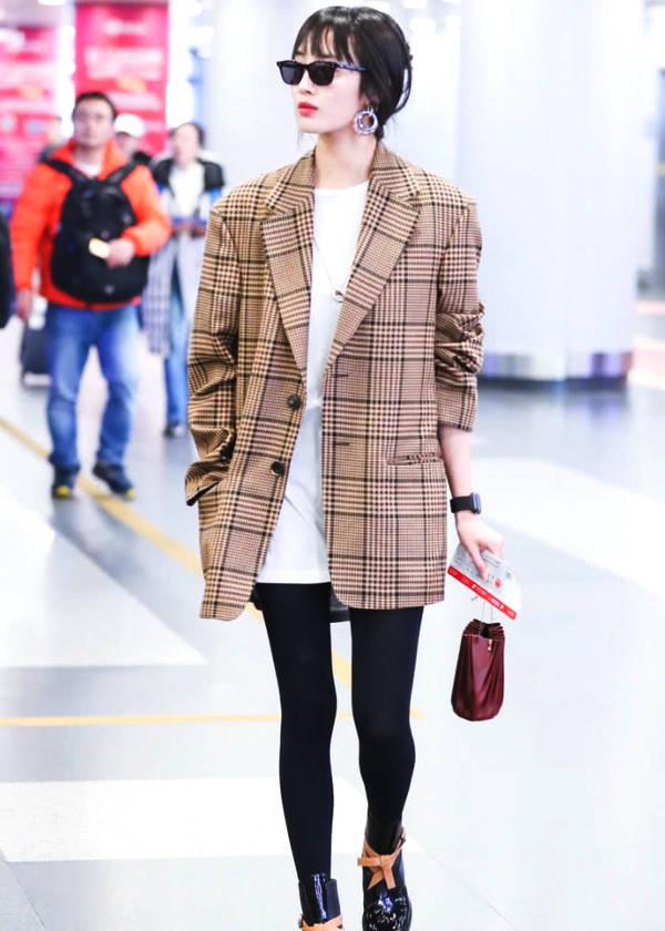 """王紫璇身穿格纹西装外套,搭配""""脆片鞋"""",美得让人移不开眼睛!"""
