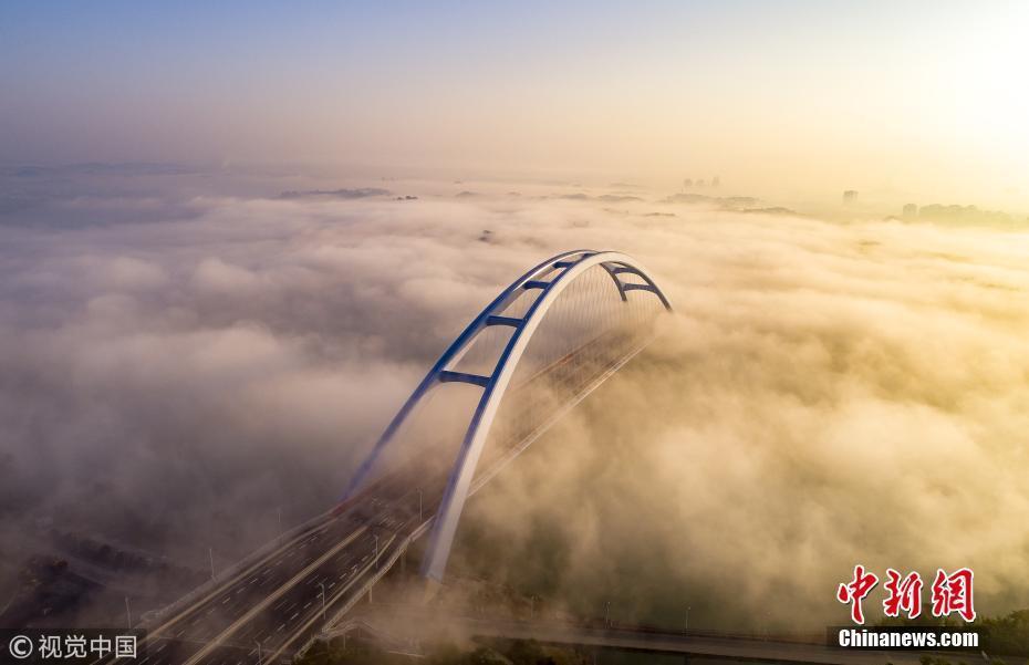 航拍大雾中的美景