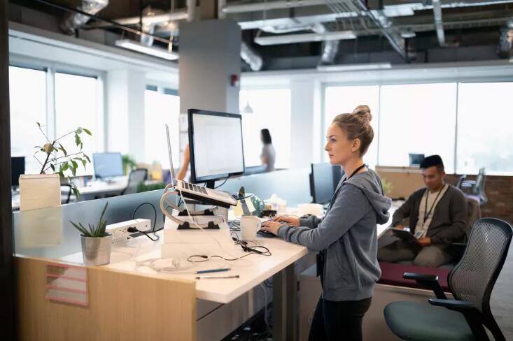 坐得太久危害大,站立式办公就能解决一切困扰?