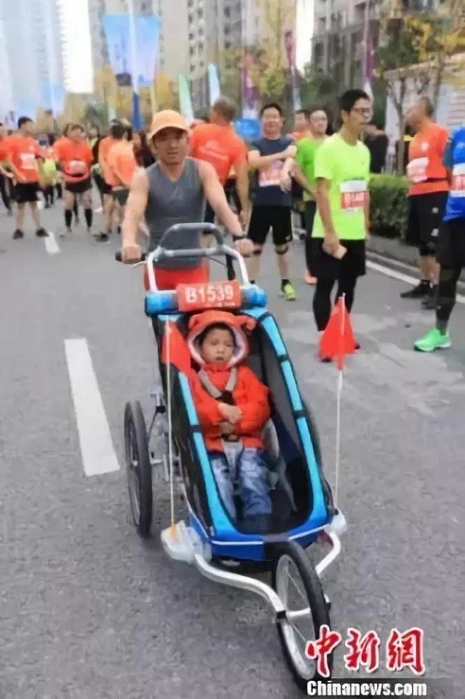 """""""想带他看看不同的世界!""""他推着脑瘫儿子跑了36场马拉松"""