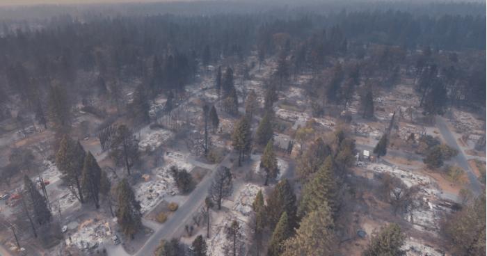 无人机航拍展示坎普山火破坏力 小镇化为废墟