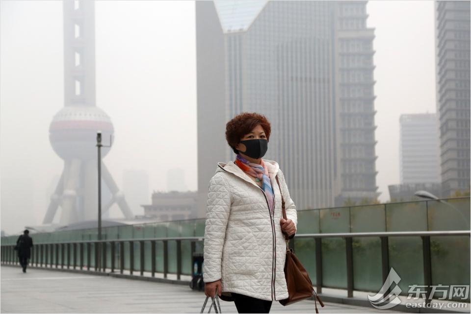 上海今晨遭遇雾霾 市民早高峰口罩出行