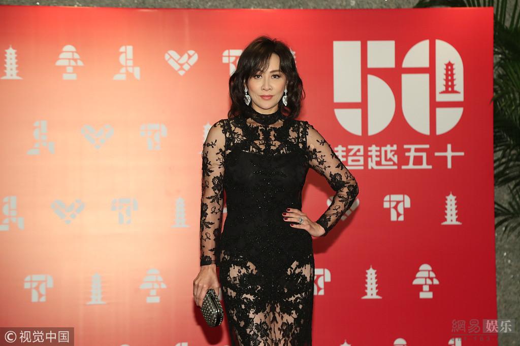 刘嘉玲一身黑色透视长裙大晒诱人长腿