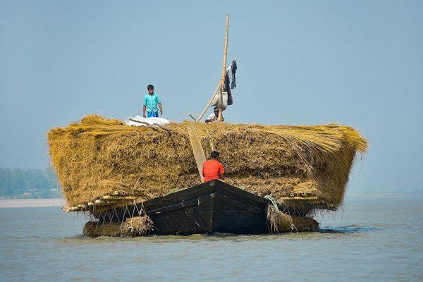 四两拨千斤!孟加拉国小船驮超大干草垛似巨型床垫