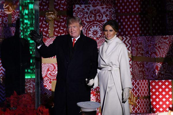 红色圣诞树引人瞩目 特朗普和夫人出席国家圣诞树点灯仪式