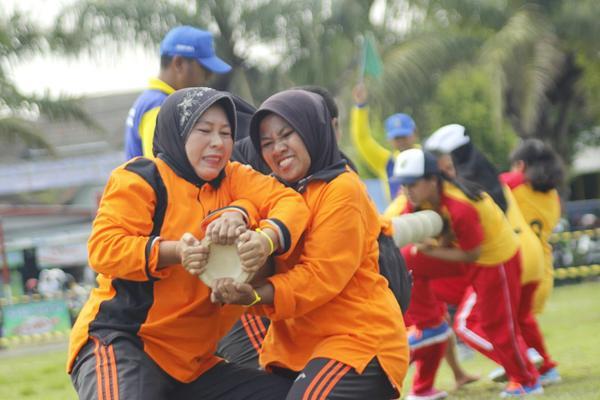 另类拔河比赛 !印度尼西亚女子比赛拉竹竿