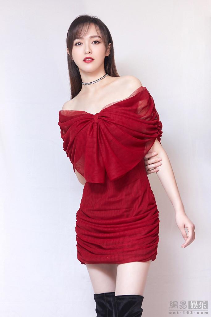 唐嫣红裙耀眼雪肤如凝 秀逆天长腿美艳动人
