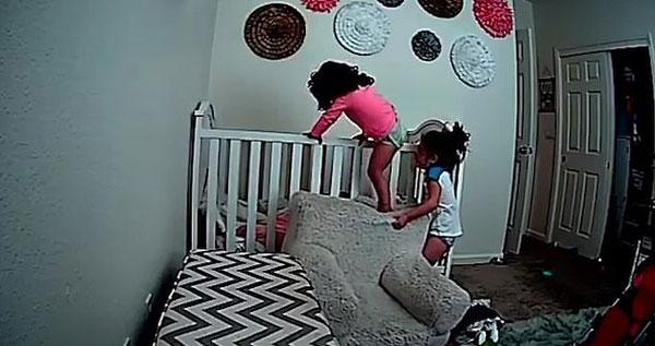 聪明!美四岁女童帮两岁妹妹逃出婴儿床一起玩耍