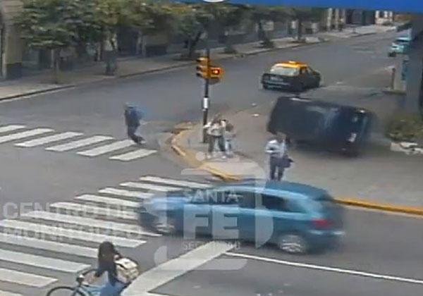 命大!阿根廷女子带两孩子过马路偶遇3次事故
