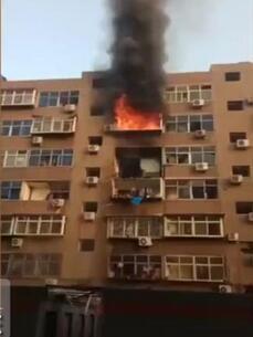 石家庄居民楼爆炸:大火烧3层楼 黑烟冲天伤亡不明