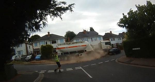 英大卡车失控滑行150多米撞毁围墙和两辆车