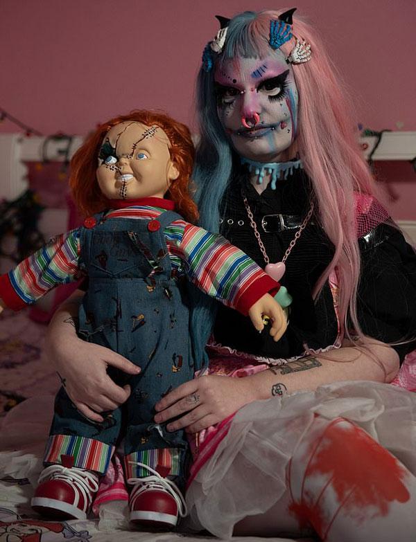 """美女子通过化妆打洞将自己变成人偶""""腐烂娃娃"""""""