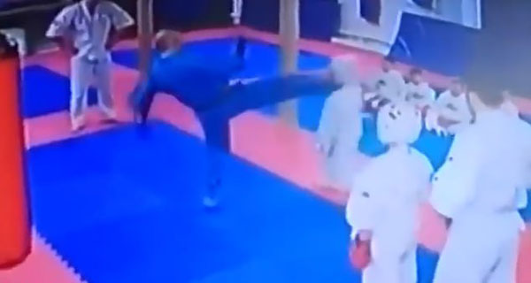 俄罗斯一9岁学生犯错被教练猛踢脸部